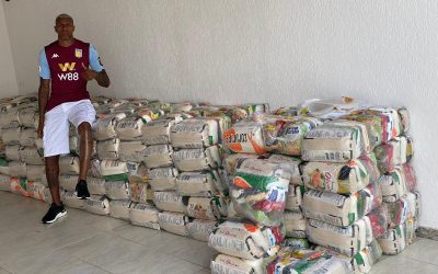 Wesley, do Aston Villa, doa 150 cestas básicas para moradores de Monte Castelo, bairro onde cresceu em Juiz de Fora