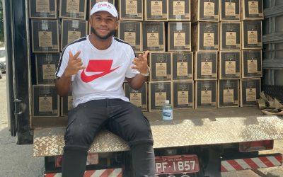 Páscoa sem fome: Luan, do São Paulo, entrega cestas básicas para famílias carentes do Morro Doce, bairro da capital paulista