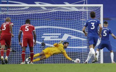 Alisson pega pênalti, brilha na vitória do Liverpool sobre o Chelsea pela Premier League e segue invicto contra a equipe de Londres