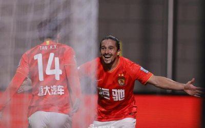 """Agora chamado de Luo Guofu, Aloisio """"Boi Bandido"""" marca gol, dá assistência e é eleito o melhor em campo em seu primeiro jogo como titular pelo Guangzhou Evegrande"""