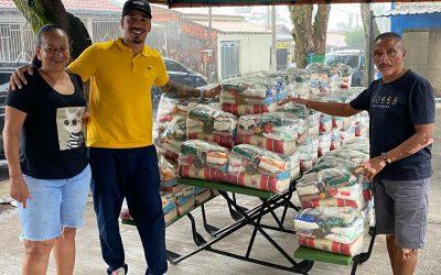 Emerson Royal doa 200 cestas básicas para comunidades carentes de Americana, cidade onde passou parte da infância