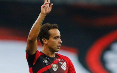 """Jadson deixa carinho de lado em primeiro reencontro com o Corinthians e espera repetir boas atuações em Itaquera: """"Farei de tudo para ajudar o Athletico a conseguir uma vaga na Libertadores"""""""