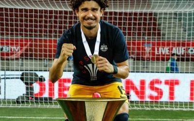 Mais uma taça! Ídolo do Red Bull Salzburg, André Ramalho comemora conquista da Copa da Áustria, seu décimo título oficial pelo clube