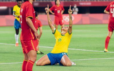 """Bia Zaneratto comemora estreia com gol e assistência em goleada do Brasil sobre a China nas Olimpíadas de Tóquio: """"Muito feliz"""""""